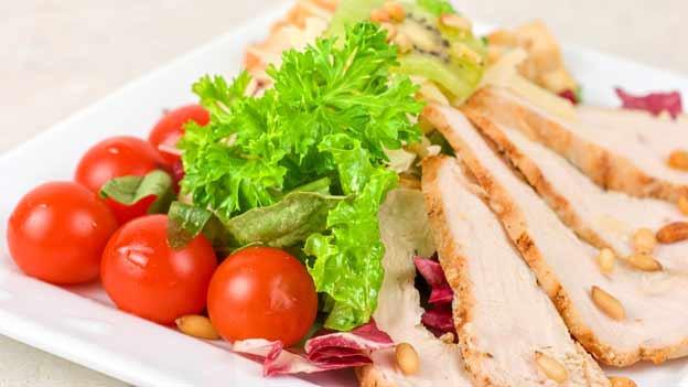 Der gesunde Pisten-Zmittag: Poulet-Brust und Salat.