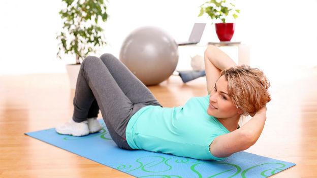 Es müssen nicht unbedingt Hanteln und Kraftgerät sein. Das eigene Körpergewicht ist oft schon genug.