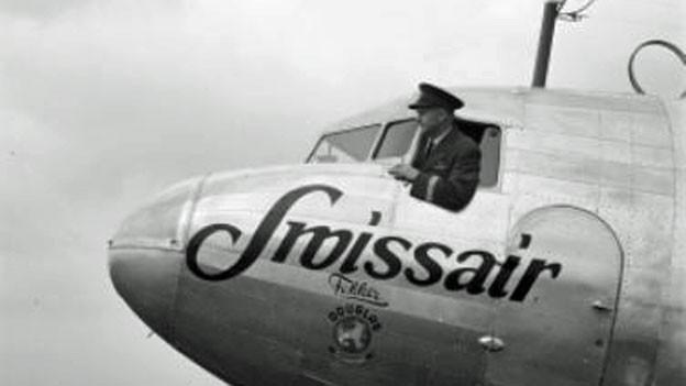 Chefpilot Ernst Nyffenegger im Cockpit einer DC-3, ca. 1938/39