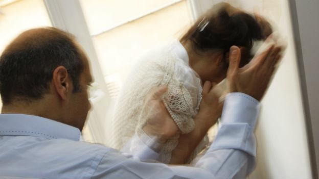 Gewalt in Paarbeziehungen kommt nicht nur im bildungsarmen und einkommensschwachen Milieu vor.
