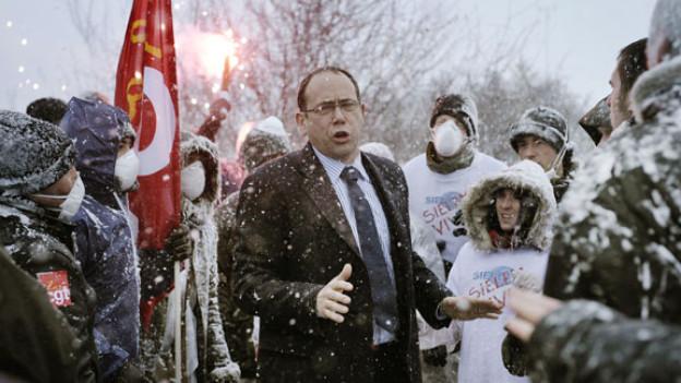 Der Verkehrsminister Bertrand Saint-Jean (Olivier Gourmet) versucht, Demonstranten zu beruhigen.