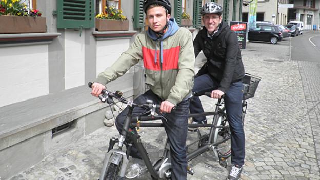 Auf dem Tandem-E-Bike: Max Hubacher und «Uf u dervo»-Autor Andi Löffel.