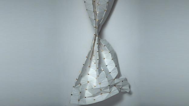 Stil vor den Fenstern: Papiervorhang mit eingebauten Magneten.