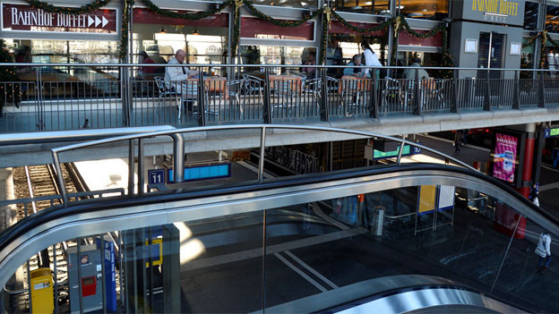 Mitten im bunten Bahnhofsleben ist das Buffet Luzern.