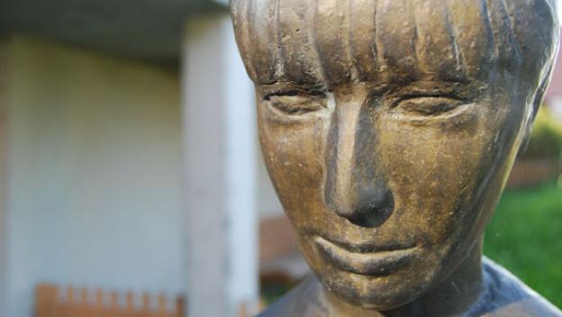 Gesicht einer Statue eines Mädchens.