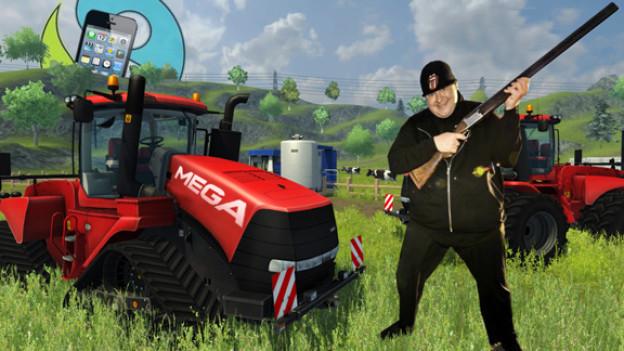 Kim «Dotcom» Schmitz mit Gewehr in der Hand, umgeben von Traktoren