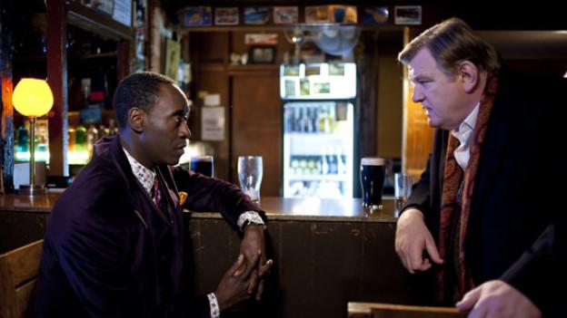 FBI-Agent Wendell Everett (Don Cheadle, links) und Garda-Sergeant Gerry Boyle (Brendan Gleeson) in einer irischen Verpflegungsstätte.