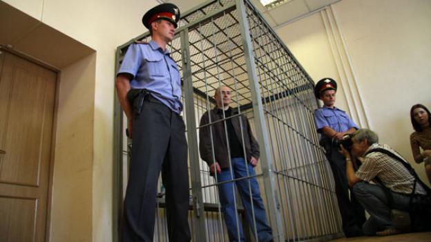 Michail Borissowitsch Chodorkowski im Käfig eines Gerichtssaals.