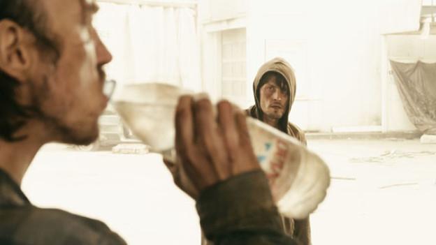 Ein Königreich für einen Tropfen Wasser: Phillip (Lars Eidinger) und Tom (Stipe Erceg).