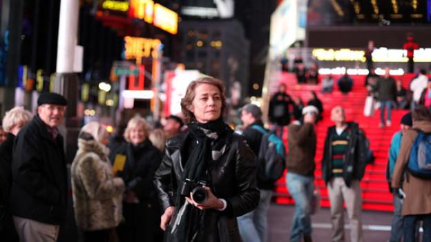 Meist vor der Kamera, ist Charlotte Rampling hier mit ihrer Nikon unterwegs.