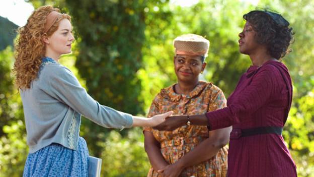 Skeeter (Emma Stone, links) setzt sich für Minny (Octavia Spencer, Mitte) und Aibeleen (Viola Davis) ein.