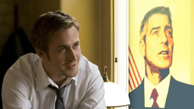Vertrauen kann fatal sein: Stephen Meyers (Ryan Gosling) vor dem Wahlplakat seines Chefs (George Clooney).