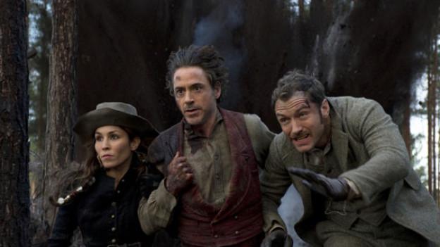 Sherlock Holmes (Robert Downey Jr., Mitte) reitet seinen Freund Dr. Watson (Jude Law) und die Wahrsagerin Sim (Noomi Rapace) in Schwierigkeiten.