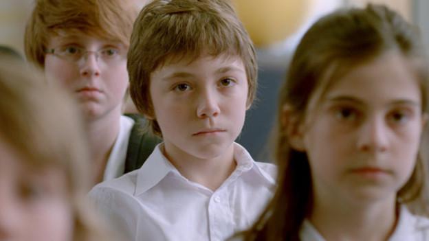 Simon (Émilien Néron, Mitte) hat am meisten Mühe, mit dem Tod seiner Lehrerin umzugehen.