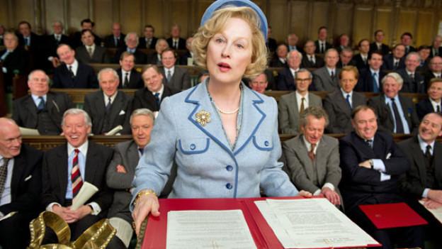 Maggie Thatcher (Meryl Streep) liest den Herren Politikern die Leviten.