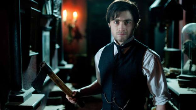 Auch wenn Geister bekanntlich körperlos sind, hält sich Filmheld Arthur Kipps (Daniel Radcliffe) gerne an einer Axt fest.