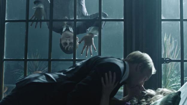 Mit «Dark Shadows» stellen Tim Burton und Johnny Depp (der Typ am Fenster) den Vampirfilm auf den Kopf.