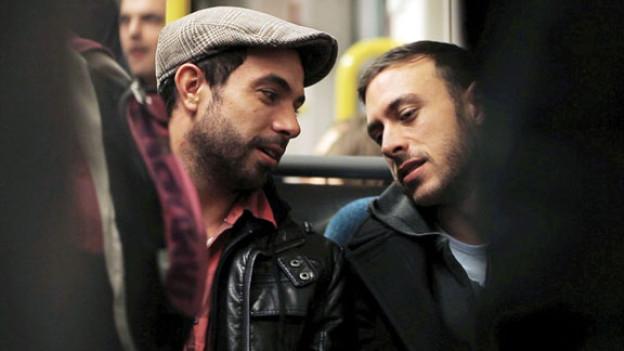 Zwischen Russell (Tom Cullen, links) und Glen (Chris New) funkt es.