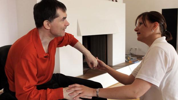 Dr. Nils Jent arbeitet sich mit einer Pflegerin durch den Alltag.