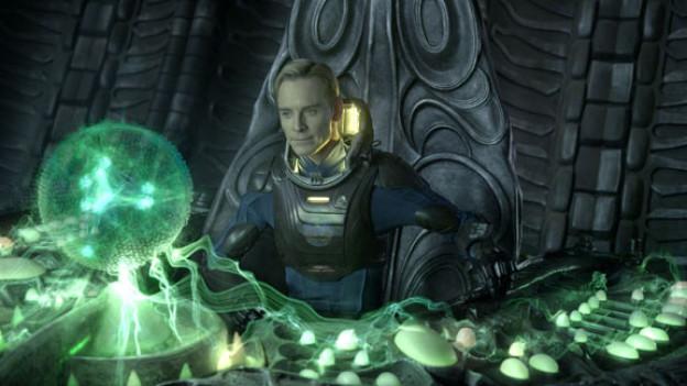 Michael Fassbender als Androide David zwischen alter H.R.-Giger-Geisterbahn und neuem 3D-Hologram.
