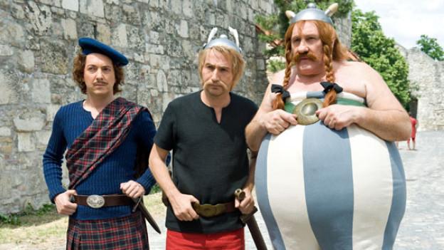 Der Brite Teefax (Gauillaume Gallienne) bittet Asterix (Edouard Baer) und Obelix (Gérard Depardieu) um Hilfe gegen die Römer.