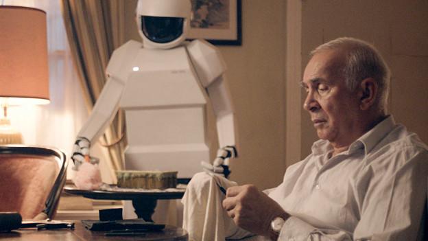Der 74-jährige Frank Langella überzeugt als dementer Frank, Peter Sarsgaard leiht dem Hilfsroboter die Stimme.