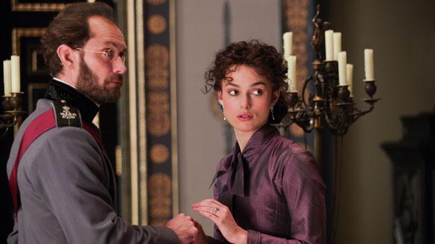Zwischen Anna Karenina (Keira Knightley) und ihrem Mann (Jude Law) knistert es nicht mehr.