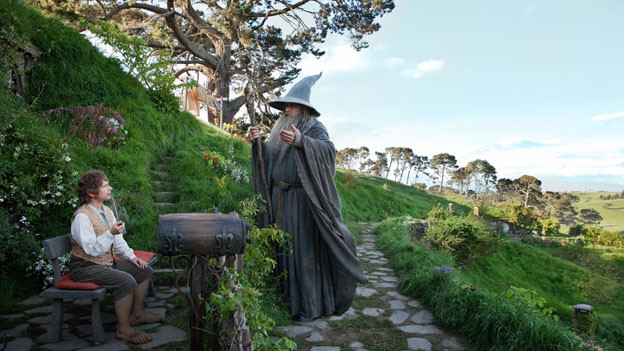 So fängt alles an: Gandalf (Ian McKellen) schneit bei Bilbo Beutlin (Martin Freeman) herein.