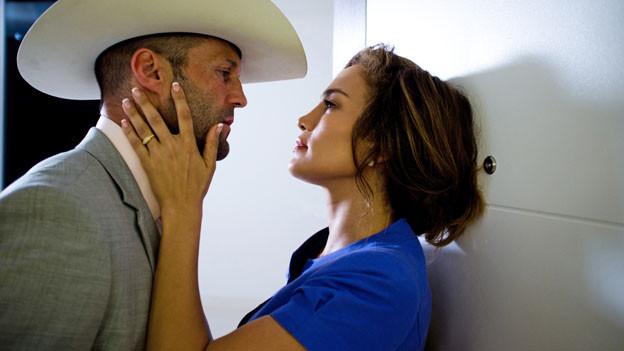 Der Profidieb Parker (Jason Statham) überlegt sich, ob er mit der Amateurin Leslie (Jennifer Lopez) zusammenarbeiten soll.
