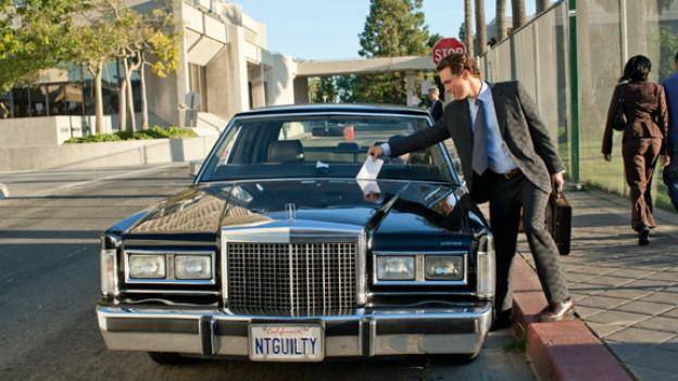 Parkbussen setzt der Strafverteidiger Mick Haller (Matthew McConaughey) auf die Spesenrechnung. Autonummer beachten!