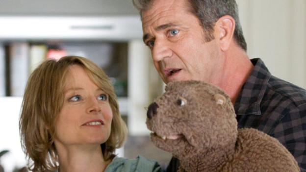 Walter Black (Mel Gibson) hat einen Biber, was seine Frau Meredith (Jodie Foster) nicht immer toll findet.