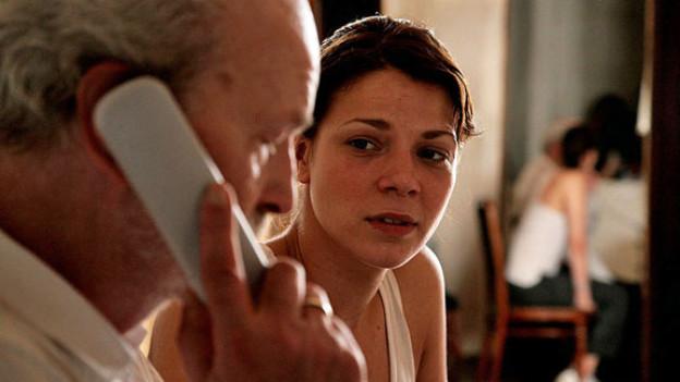 Maria (Jessica Schwarz) erfährt, dass Anton Falkenmayer (Michael Gwisdek) gar nicht ihr leiblicher Vater ist.