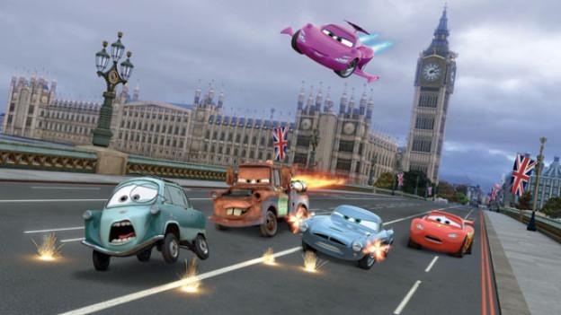 Vor einem Big Ben mit Bentley-Kühlergrill: Oberbösewicht Professor Z, Abschleppwagen Hook, Agentin Holley Shiftwell, Agent Finn McMissile und Held Lightning McQueen.