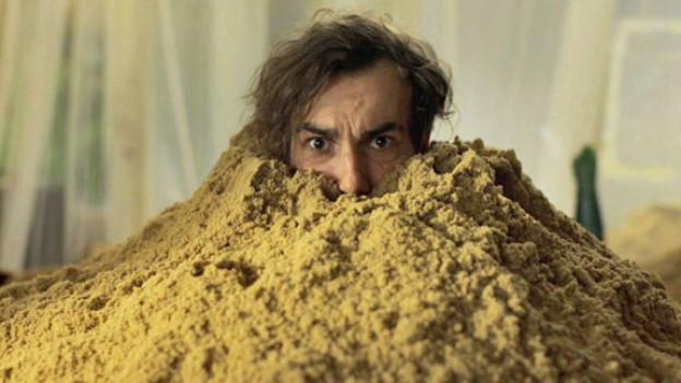 Benno (Fabian Krüger) hat ein Problem: Sand. Viel Sand.