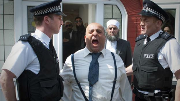 Mahmud (Omid Djalili, Mitte) stürzt in eine Identitätskrise, die sogar die Polzei auf den Plan ruft.