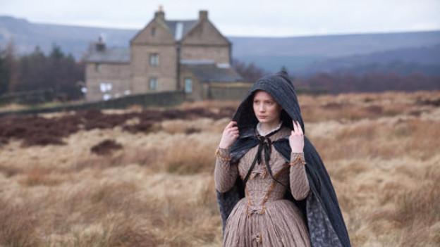Englische Landschaften sehen immer alt aus, während Mia Wasikowska als Jane Eyre auch in einem viktorianischen Kostüm jung aussieht.