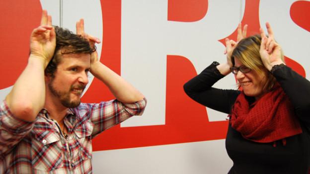 Marius Tschirky zeigt Franziska von Grünigen wie man im Kindergarten einen Hasen macht.