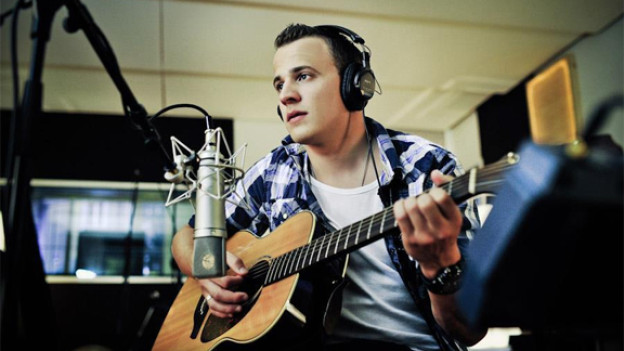 Fraui singt auf seiner Single für eine bessere Welt.