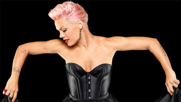 Mit dem ersten Album seit ihrer Babypause, erobert Pink die Pole-Position der Hitparade.