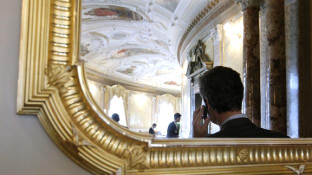 Ein Lobbyist telefoniert in der Wandelhalle des Bundeshauses während der Session der Eidgenoessischen Räte in Bern.
