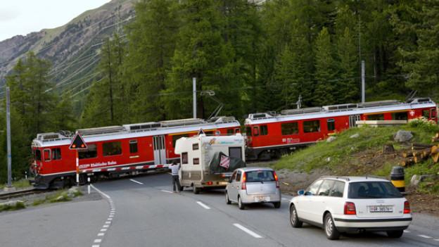 Mobil trifft mobil: Zug und Auto.