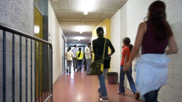 Surreales Niemandsland: Asylsuchende im Empfangszentrum Basel.