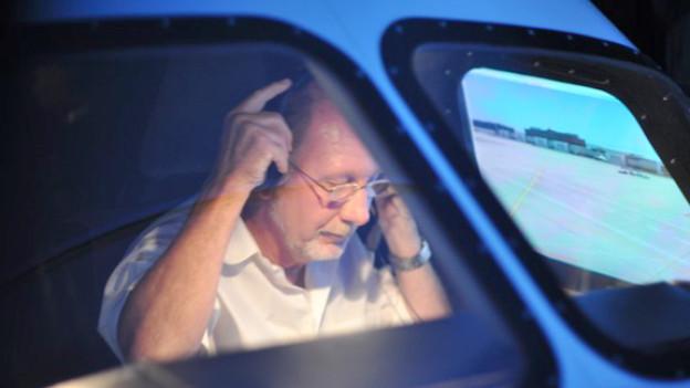 Fast wie echt: Walter Baumgartner im Cockpit seiner Boeing 737-NG.