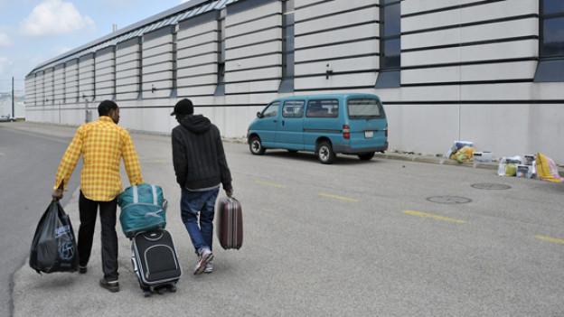 Zwei Asylbewerber vor dem Aufnahmezentrum in La-Chaux-de-Fonds.
