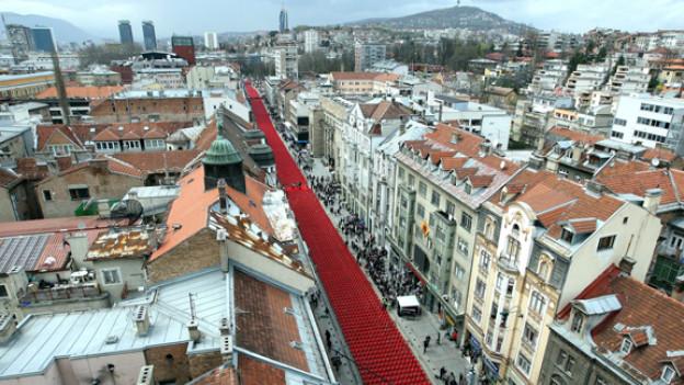 Auf der Hauptstraße von Sarajevo sind 11.541 rote Stühle aufgestellt – ein Stuhl für jeden Menschen, der während der Belagerung der bosnischen Hauptstadt vor zwei Jahrzehnten getötet wurde.