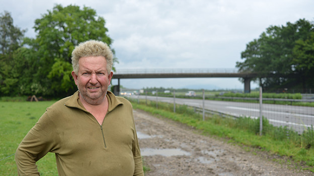 Bauer Bruno Hofstetter aus Oensingen auf einem seiner Felder direkt neben der - ausnahmsweise ruhigen - A1. Er hat als Junge mit dem Bundesrat bei der Eröffnung der Autobahn angestossen.