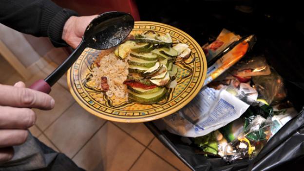 Es wird geschätzt, dass in der Schweiz ein Drittel der Lebensmittel weggeworfen wird.