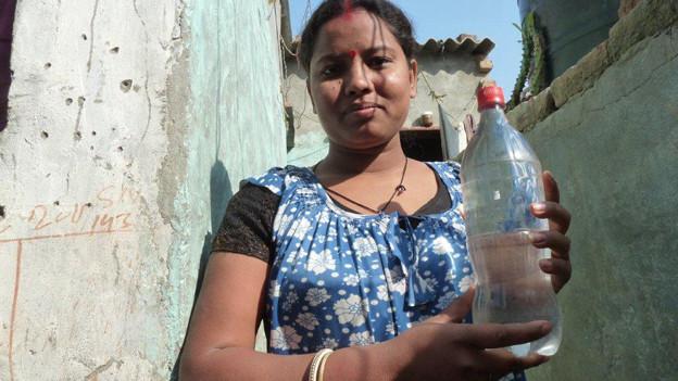 Die 32-jährige Nupur aus Delhi entkeimt Wasser mithilfe einer PET-Flasche.