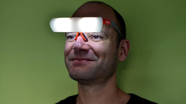 Input-Redaktor Reto Widmer testet Seqinetic, eine neuartige Therapie-Brille, die mit hellem LED-Licht dem Winterblues den Kampf ansagt.