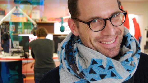 Unser Stil-Experte dick mit modischem Schal eingepackt im Studio von DRS 3.